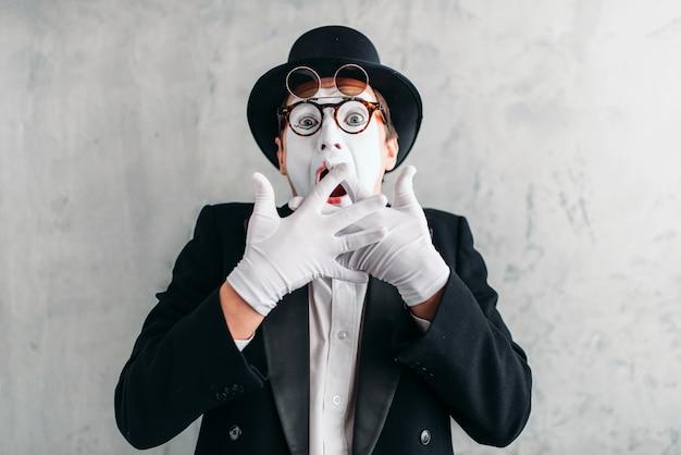 Zabawny aktor mim z maską do makijażu