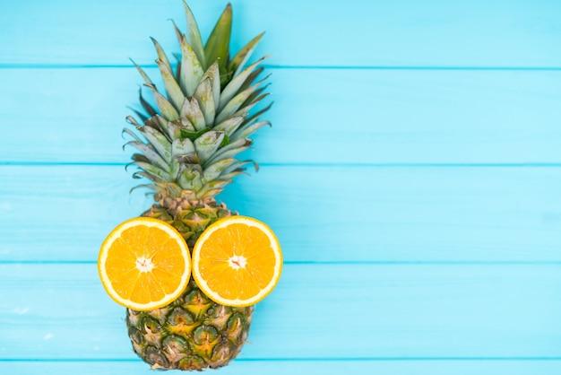 Zabawny ananas z liśćmi i pomarańczowymi oczami