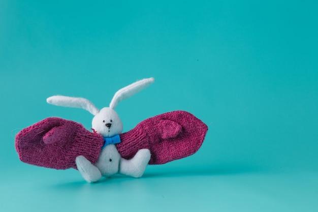 Zabawny biały króliczek z dużymi rękawiczkami