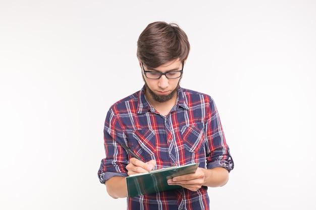 Zabawny brodaty mężczyzna z dokumentami na białym tle