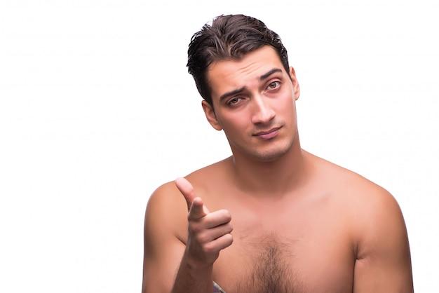 Zabawny człowiek po prysznicem na białym tle