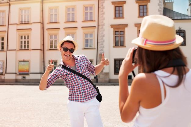 Zabawny człowiek pozuje do zdjęcia