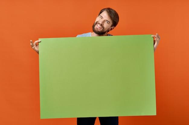 Zabawny człowiek reklama marketingowa kopia przestrzeń pomarańczowe tło