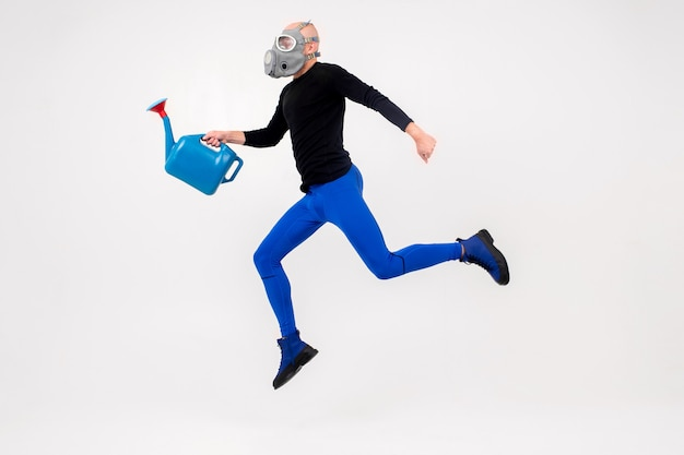 Zabawny dziwny człowiek w respiratorze, skacząc na białym tle