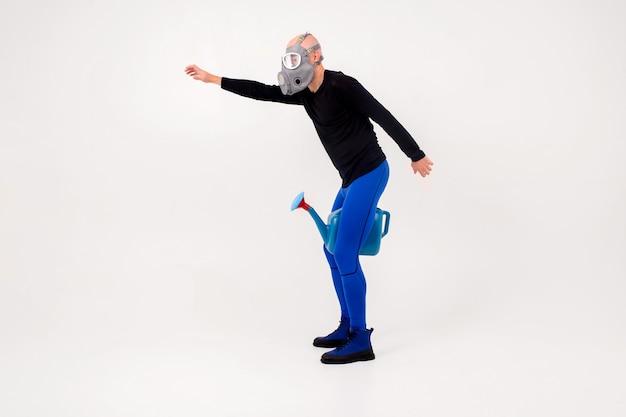 Zabawny dziwny mężczyzna w respiratorze pozowanie na białym tle
