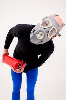 Zabawny dziwny mężczyzna w respiratorze z gaśnicą
