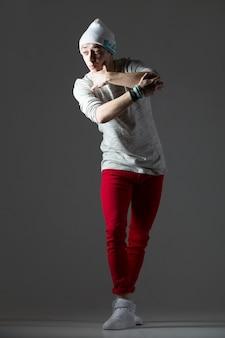 Zabawny facet tancerz