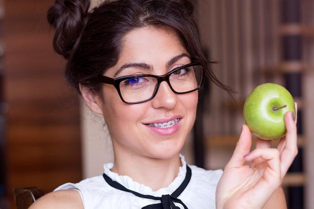 Zabawny kobieta stwarzających z jej jabłko
