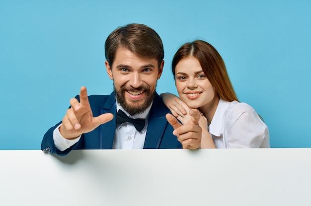 Zabawny mężczyzna i kobieta billboard marketingu zabawy emocje na białym tle