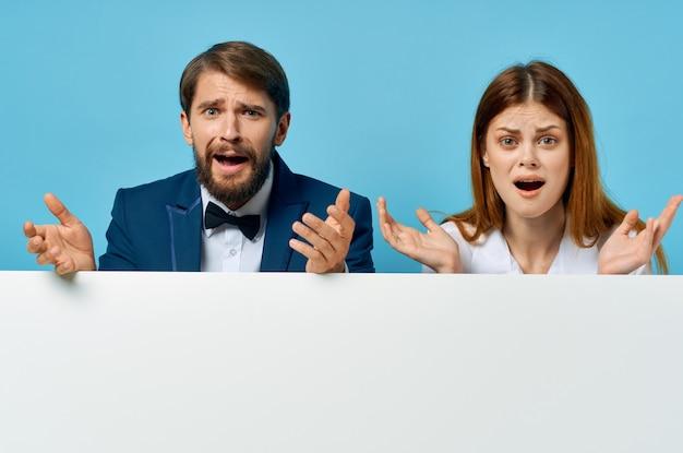 Zabawny mężczyzna i kobieta z białym makieta plakat reklamowy znak na białym tle
