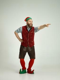 Zabawny mężczyzna w stroju elfa