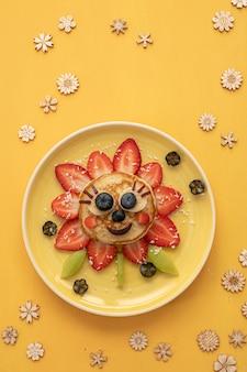Zabawny naleśnik z jagodami dla dzieci