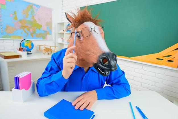 Zabawny nauczyciel. powrót do szkoły. szalony nauczyciel. edukacja. praca w szkole. brodaty nauczyciel. klasa. szaleni ludzie. zabawny portret nauczyciela.
