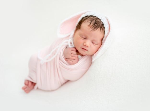 Zabawny noworodka w czapka