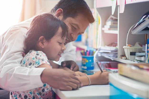 Zabawny ojciec pomaga córce w odrabianiu lekcji