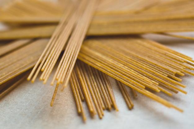 Zabawny pęczek makaronu spaghetti