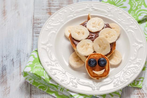 Zabawny pomysł na sztukę kulinarną dla dzieci - naleśnik z żółwiem na śniadanie