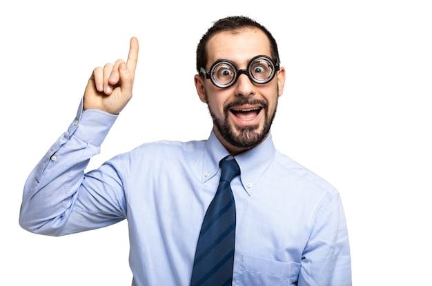 Zabawny portret człowieka frajerem z podniesionym palcem, koncepcja