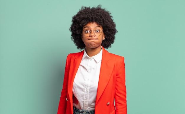 Zabawny portret młodej całkiem czarnej bizneswoman