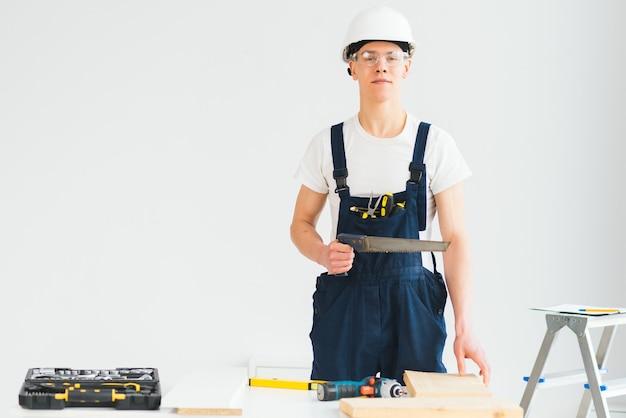 Zabawny pracowity konstruktor naprawiający mieszkanie