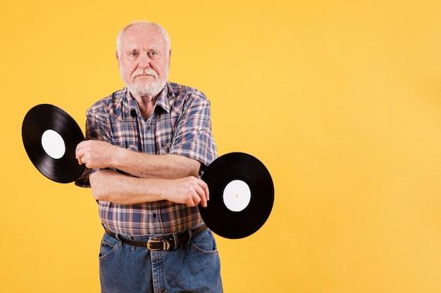 Zabawny senior z kopiowaniem miejsca z nagraniami muzycznymi