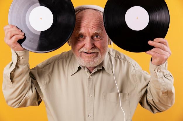 Zabawny starszy mężczyzna z nagraniami muzycznymi