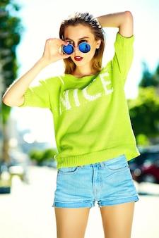 Zabawny stylowy seksowny uśmiechający się piękny młoda kobieta model w lecie jasny żółty hipster tkaniny na ulicy