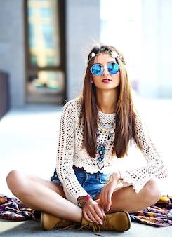 Zabawny stylowy seksowny uśmiechający się piękny młody hipis kobieta model w letnie białe hipster ubrania pozowanie na ulicy
