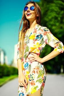 Zabawny stylowy seksowny uśmiechnięty piękny młoda kobieta model w lecie sukienkę jasny hipster tkaniny na ulicy