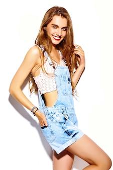 Zabawny szalony seksowny stylowy seksowny uśmiechający się piękny blond młoda kobieta model w lato jasne hipster jeans tkaniny