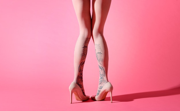 Zabawny widok z tyłu sexy nogi kobieta ubrana w różową obrożę z kwiatową dekoracją
