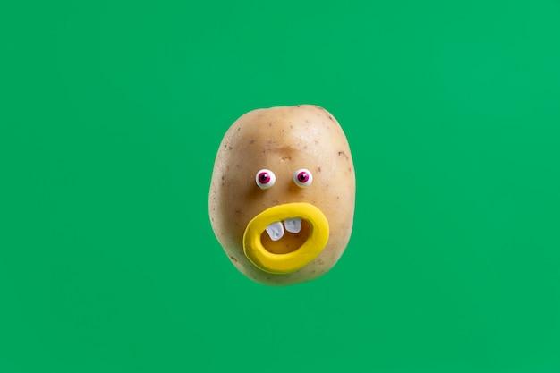 Zabawny ziemniak z naklejką na twarz