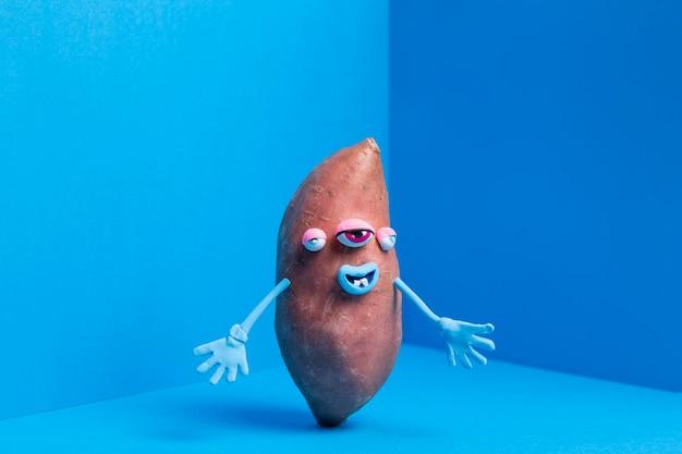 Zabawny ziemniak z uroczą naklejką