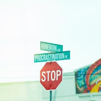 """Zabawny znak stopu z napisem """"praca domowa"""" i """"zwlekanie"""""""