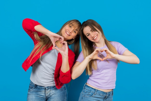 Zabawy kobiet z rękami w kształcie serca