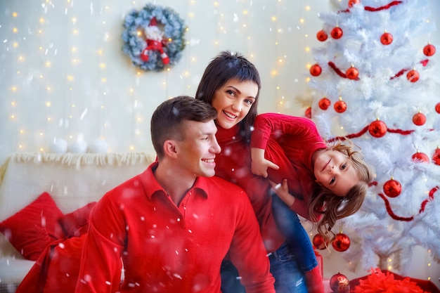 Zabawy szczęśliwa rodzina świętuje boże narodzenie