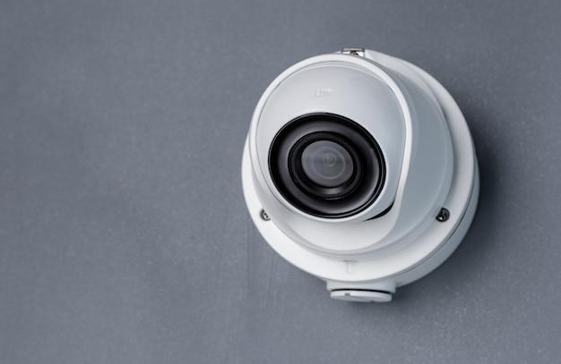 Zabezpieczenia wideo kamery cctv na szarej ścianie. skopiuj miejsce
