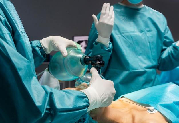 Zabieg chirurgiczny wykonywany przez lekarza na pacjencie