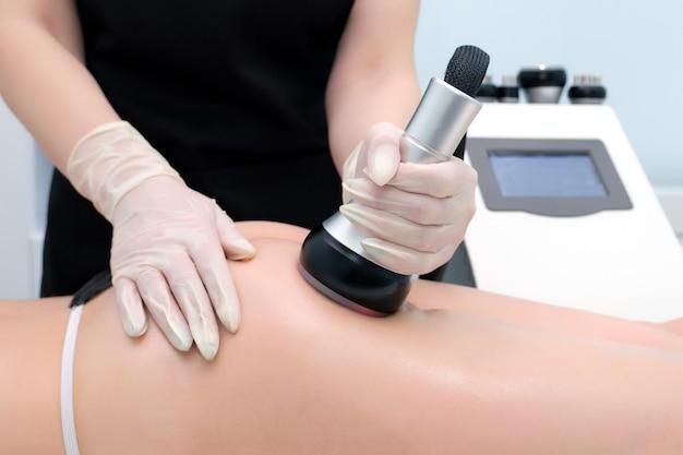 Zabieg kawitacji ciała. pielęgnacja ultradźwiękowa do redukcji tkanki tłuszczowej. masaż ultradźwiękowy kosmetyczny w salonie. n