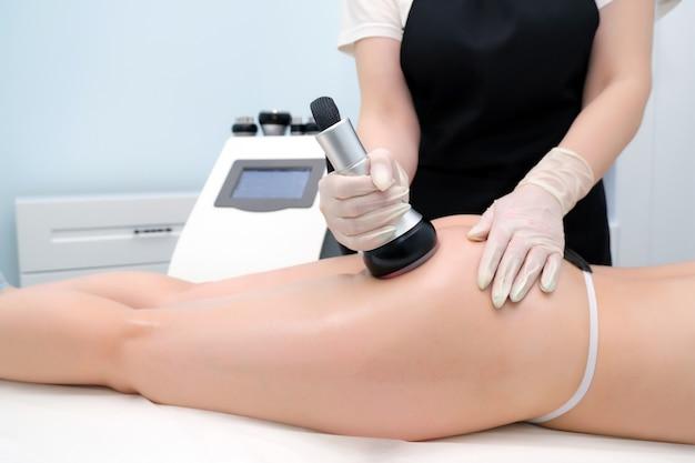 Zabieg kawitacji ciała. pielęgnacja ultradźwiękowa do redukcji tkanki tłuszczowej