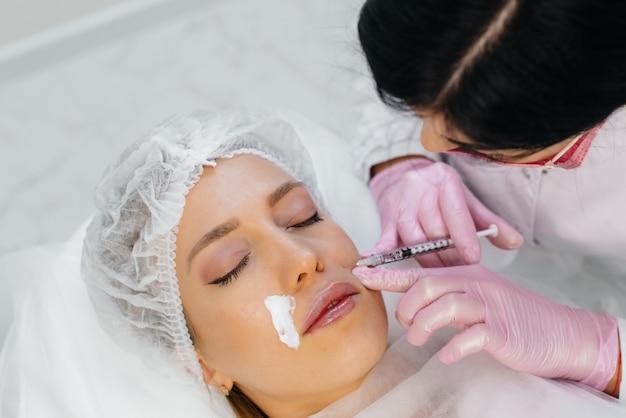 Zabieg kosmetyczny do bio-rewitalizacji i usuwania zmarszczek dla pięknej kobiety