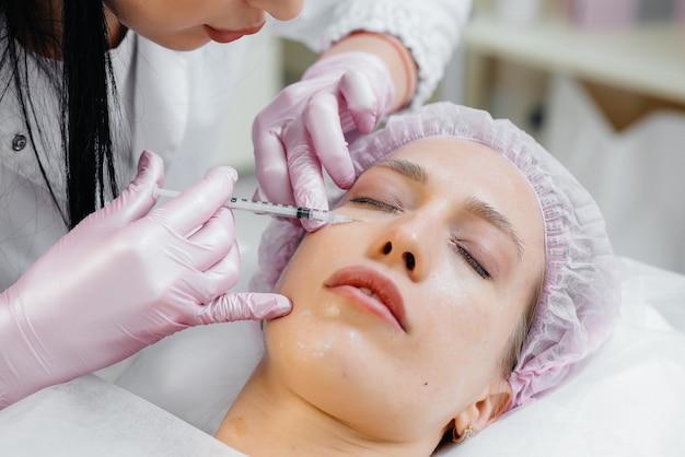 Zabieg kosmetyczny do biorewitalizacji i usuwania zmarszczek dla kobiety
