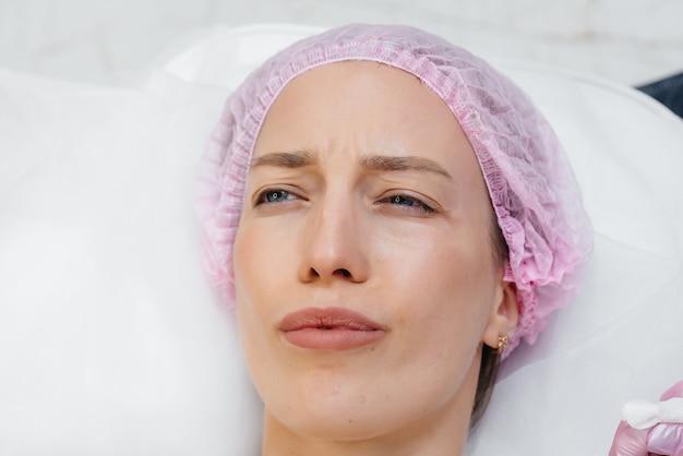 Zabieg kosmetyczny na powiększanie ust i usuwanie zmarszczek dla młodej pięknej dziewczyny