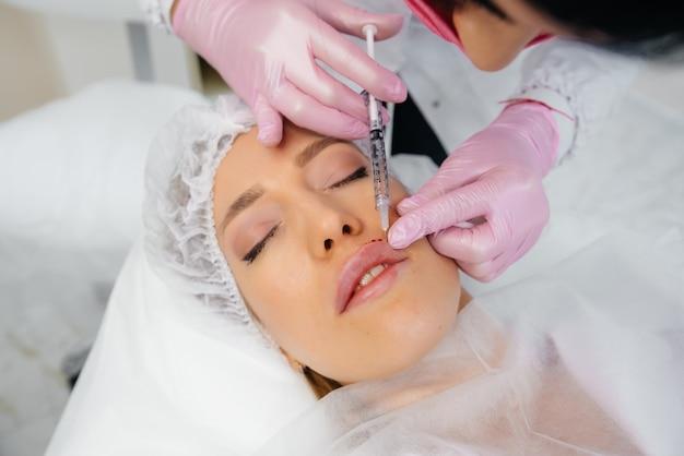 Zabieg kosmetyczny powiększania ust i usuwania zmarszczek dla młodej kobiety