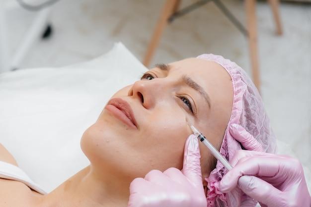 Zabieg kosmetyczny powiększania ust i usuwania zmarszczek dla młodej, pięknej dziewczyny. kosmetyka.