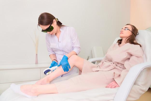 Zabieg laserowy w klinice kosmetologii laserowej.