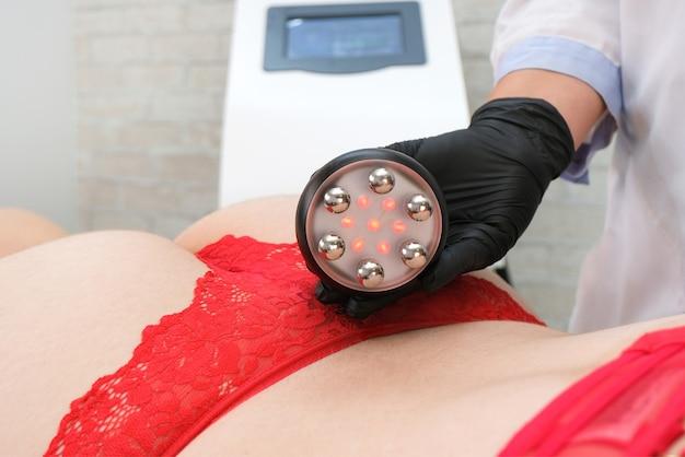 Zabieg liftingujący rf na nogi, pośladki i plecy, biodra kobiety w gabinecie kosmetycznym. leczenie nadwagi i zwiotczałej skóry.
