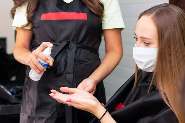 Zabieg na dłonie środkiem antybakteryjnym w gabinecie kosmetycznym
