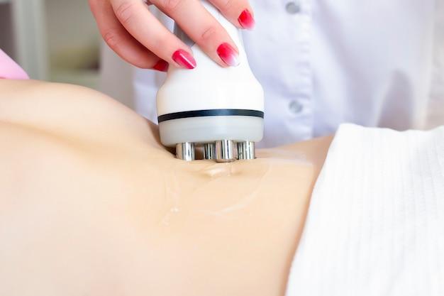 Zabieg usuwający cellulit na kobiecym brzuchu