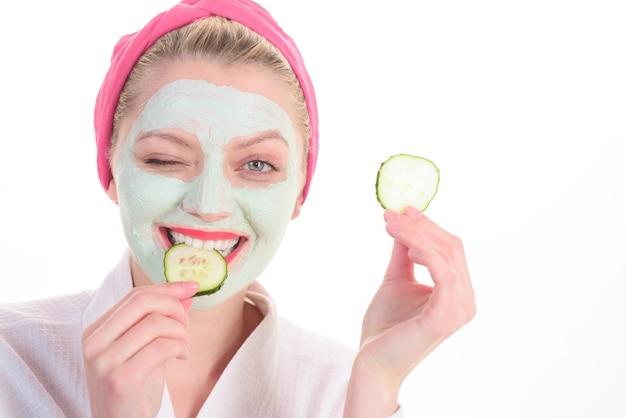 Zabiegi kosmetyczne kobieta z maską kosmetyczną na twarzy maska kosmetyczna salon spa maska kosmetyczna z
